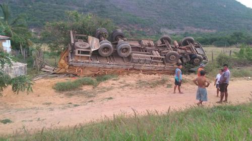 BA-142: Caminhão de Ibicoara tomba carregado de batata entre Tanhaçu e Ituaçu