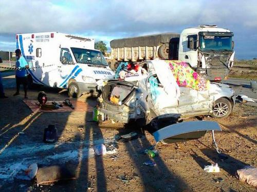 Mãe e filho morrem após carro colidir com dois caminhões na BR-116