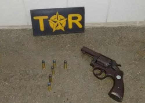 Em abordagem, dono de lava jato e mais duas pessoas foram detidas; o carro era de cliente e havia uma arma no interior