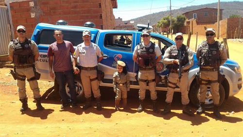 Dia das Crianças: Policiais militares de Caculé realizam sonho de criança que sonhava em se vestir de pm