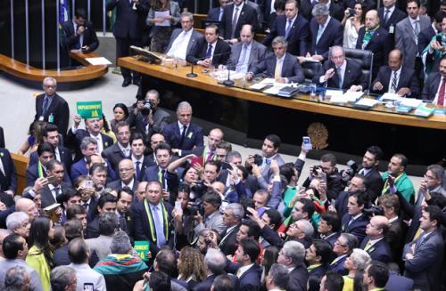 Deputados aprovam abertura de impeachment da presidente Dilma