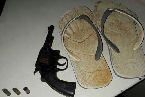 Ituaçu: Durante assalto vítima reage e bandidos fogem deixando arma e sandálias para trás