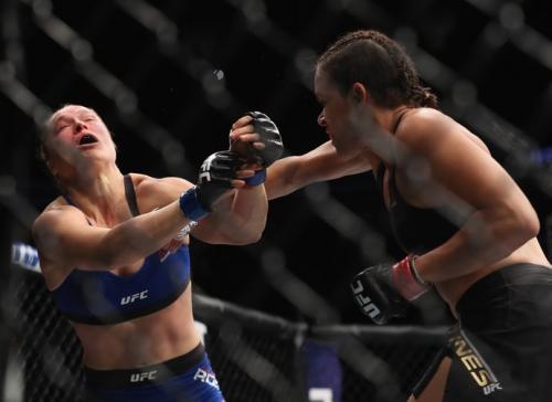 Amanda não toma conhecimento e massacra Ronda em 48 segundos
