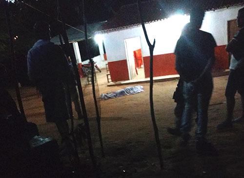 Pai mata o próprio filho a facadas em Guajeru; ele aguardou no local a chegada da polícia