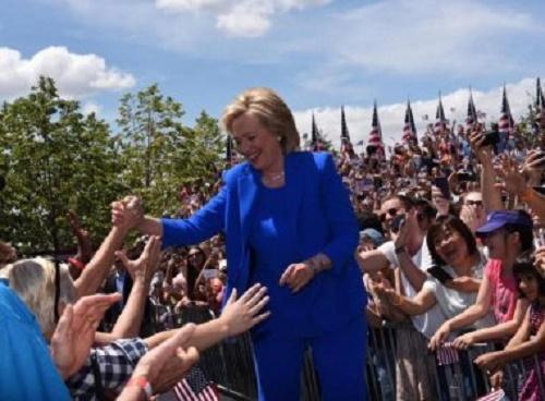 Hillary propõe leis mais restritas para compra de armas após atentado