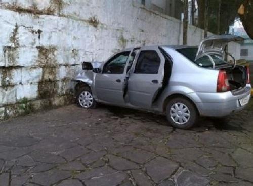 Homem morre depois de bater carro em muro de cemitério para tentar fugir de blitz