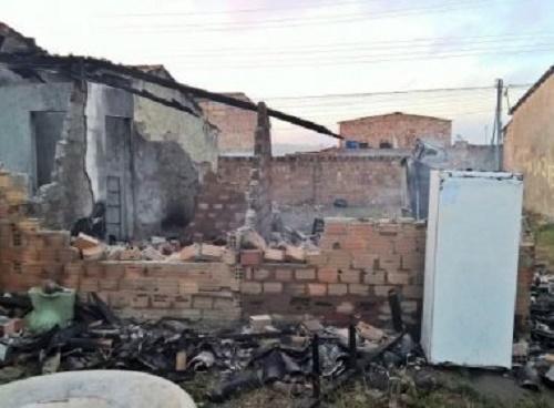 Feira: Fogo destrói casa enquanto casal dormia