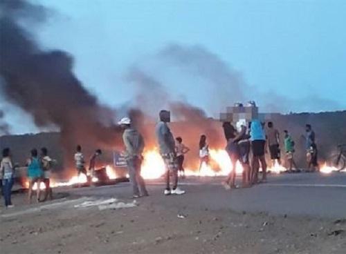 Sem água, moradores fecham trecho de rodovia em Conquista
