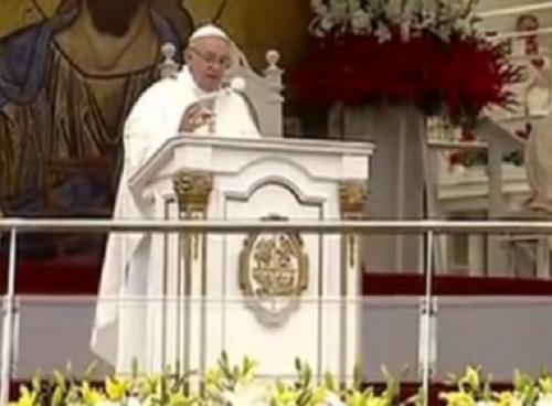 Papa Francisco cai durante missa na Cracóvia, mas não se machuca