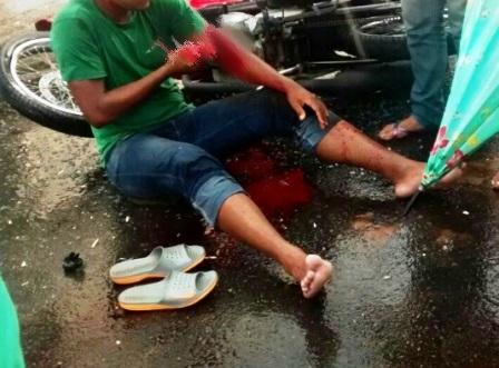 Moto e Van Escolar se envolvem em acidente no centro; motociclista fica ferido