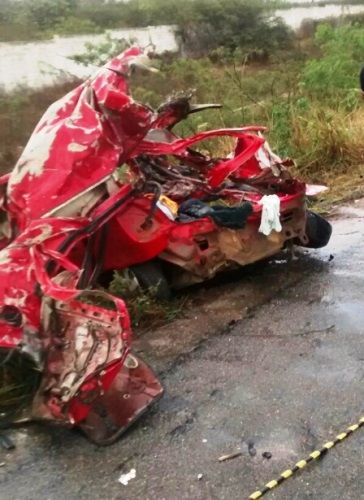 Acidente grave na  BA-262 com vitima fatal, carro é dividido ao meio