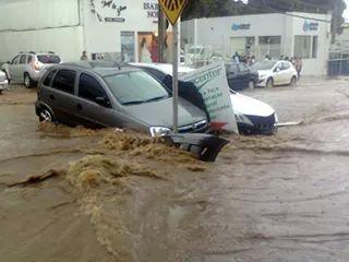 Em poucos minutos de chuva forte, muitos estragos foram registrados