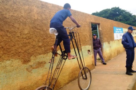 Aos doze anos, estudante projeta e constrói bicicleta gigante