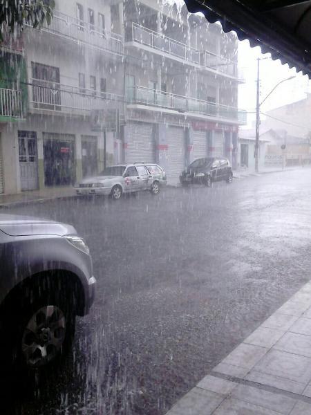Tarde de chuva forte acompanhada de rajadas de ventos em Livramento