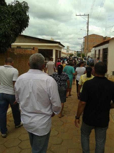 Uma multidão acompanhou o enterro de Laurita Teixeira, esposa de pastor morta em acidente