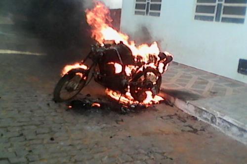 Discussão entre  padrasto e  enteado resulta em incêndio de motocicleta