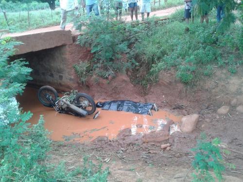 Homem é encontrado morto, supostamente por ter caído de uma ponte