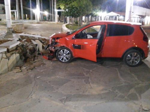 Carro sai da via, invade praça e destrói mureta da Coronel Zeca Leite