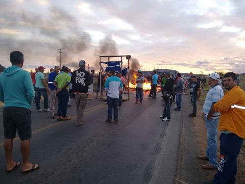 Protestos realizados por sindicatos fecham a BR – 030 em Guanambi