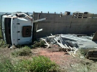 Caminhão carregado de telha ternit tomba na BA - 142, próximo a Barra da Estiva