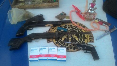 Polícia apreende arma na casa de um dos principais suspeitos de cometer diversos assaltos em Ituaçu