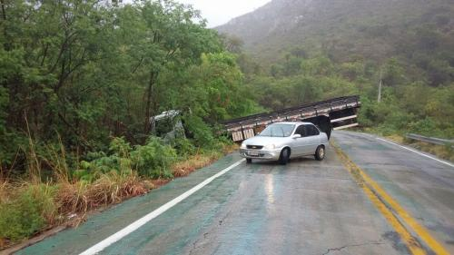 Caminhão fica atravessado na pista após condutor perder o controle na Serra das Almas
