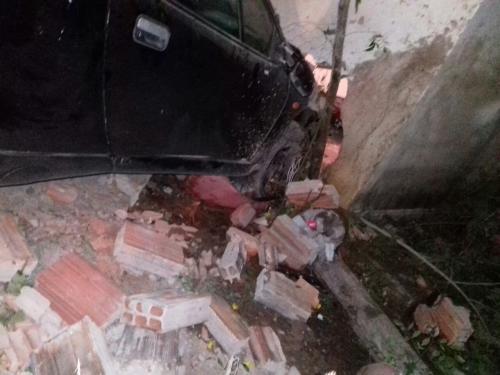 Motorista perde o controle da direção e veículo invade residência em Rio do Antônio
