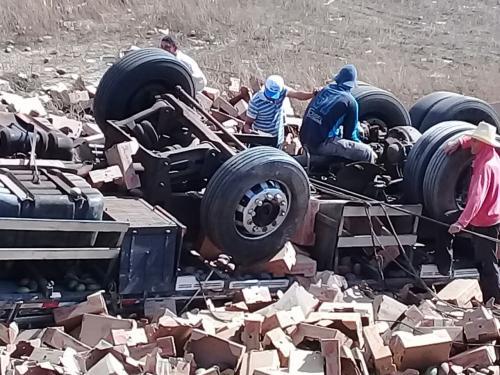 Caminhão cai em ribanceira na BR - 030, trecho entre Ibitira é Caetité
