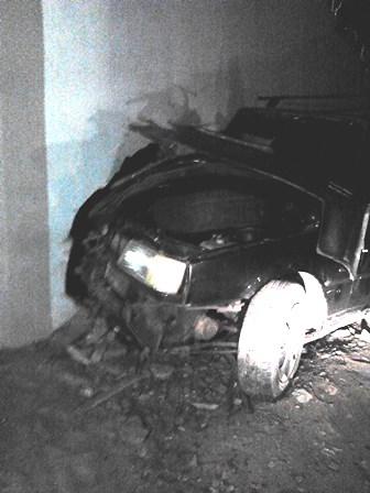 Ao tentar desviar de animal motorista acaba colidindo com um muro de uma residência