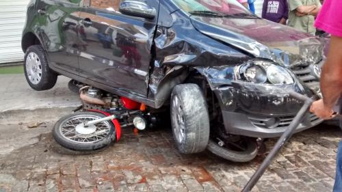 Caminhão desgovernado destrói seis veículo na Travessa OFlávio Silveira Torres