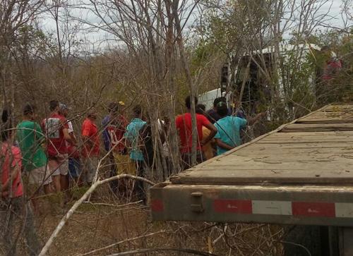 Acidente com carreta é registrado na BA 142 próximo a Ituaçu