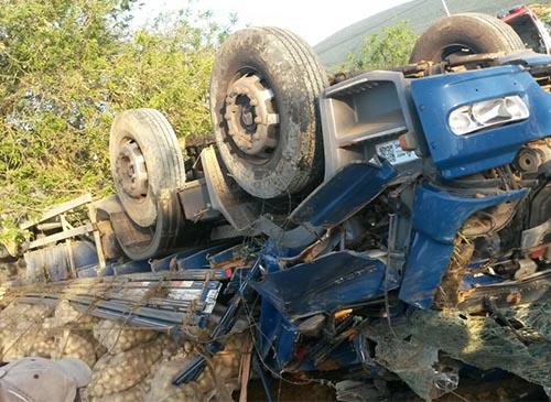 Caminhão carregado de batatas tomba na Ba – 142, próximo a Ituaçu