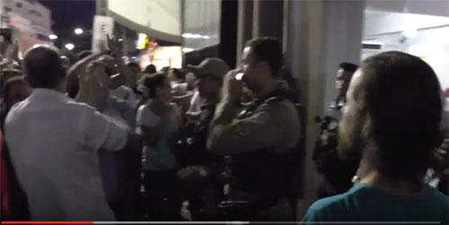 Ao som de 'Bandidos, Canalhas' vereadores saem escoltados após aprovarem aumento de salário em Jequié