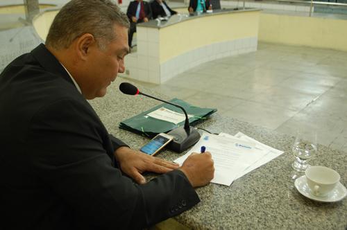 Léo Vasconcelos, presidente da Câmara de Vereadores sanciona lei que eleva Umburanas, Samambaia e Arrecife a categoria de distritos