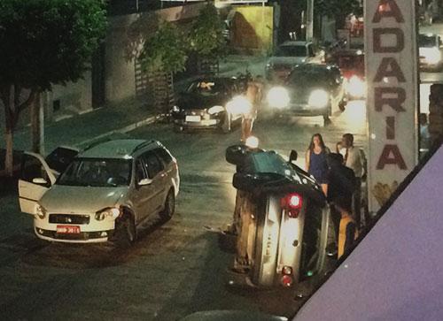 Após colidir com táxi veículo tomba no centro de Livramento