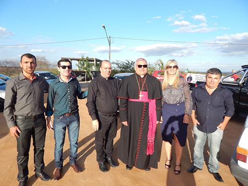 Bispo de Caetité realiza Missa Solene em Malhada de Pedras e é recepcionado por populares, pela prefeita e demais autoridades