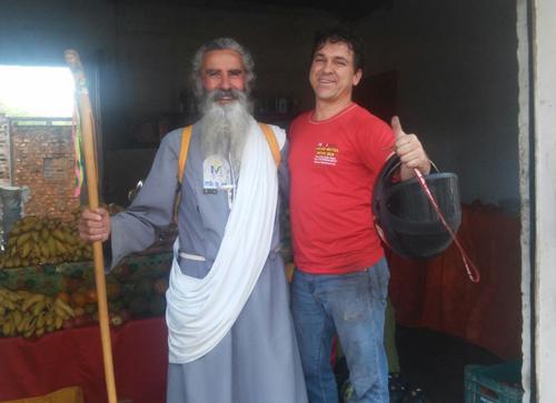 Homem de 71 anos que se diz profeta e irmão de Jesus caminha pelas ruas de Brumado