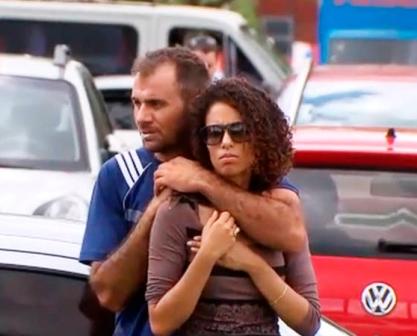 Brasília: Homem armado com facas faz mulher refém