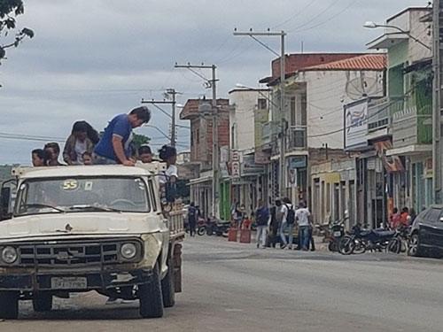 Estudantes de Rio do Antônio tem a vida colocadas em risco ao serem transportados em 'pau de arara'