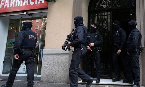 Polícia espanhola procura suspeitos após atentados que deixaram 14 mortos