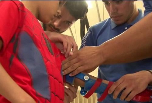 Conquista: alunos de eletromecânica criam prótese e doam a criança que nasceu sem mão