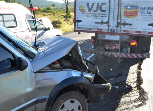 Veículo Uno colide no fundo de um caminhão Baú na BR – 030, trecho Brumado/Caetité