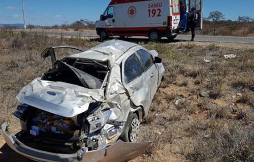 Motorista fica ferido após carro capotar várias vezes na Ba-142