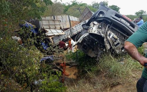 Acidente grave na BR-242 deixa três vítimas fatais na Chapada Diamantina