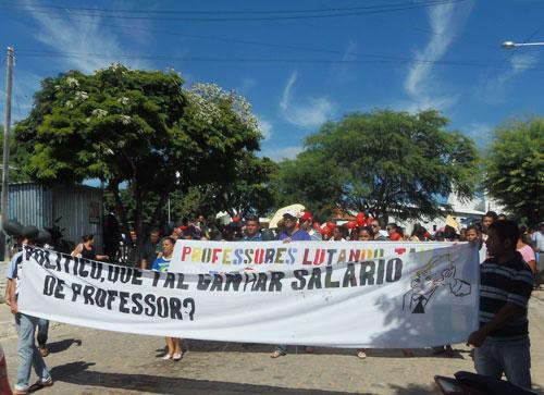 'Professor na rua, prefeito a culpa é sua' diz servidores ao prefeito de Aracatu