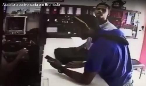 Vídeo: Ourivesaria é assaltada no centro de Brumado e câmeras flagram a ação dos bandidos