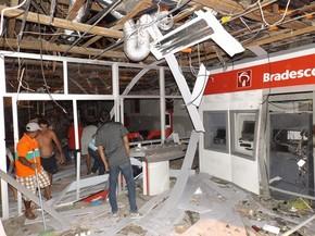 Grupo invade cidade, atira contra sede da PM e explode banco