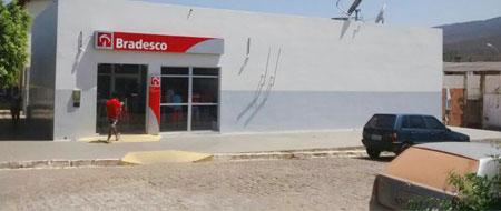 Bandidos assaltam mulher em frente ao banco do Bradesco em Ituaçu e levam cerca de R$ 20 mil