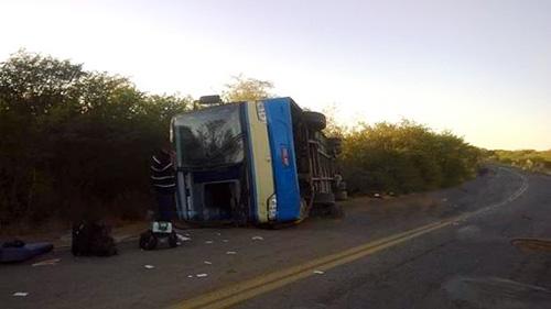 Passageiros ficam feridos em acidente com ônibus da Novo Horizonte na BA-160