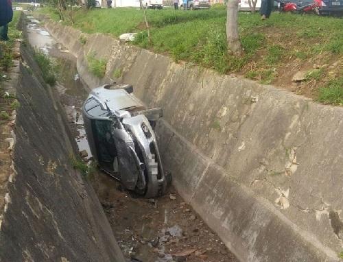Conquista: motorista se distrai, perde controle do veículo e cai em vala